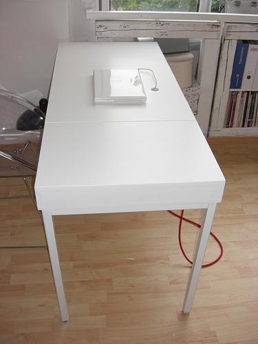 Als Grundgestellt Dient Ein Einfacher Alter Schreibtisch, Den Aufbau Mit  Integrierter Lade Zum Aufklappen Hat ...