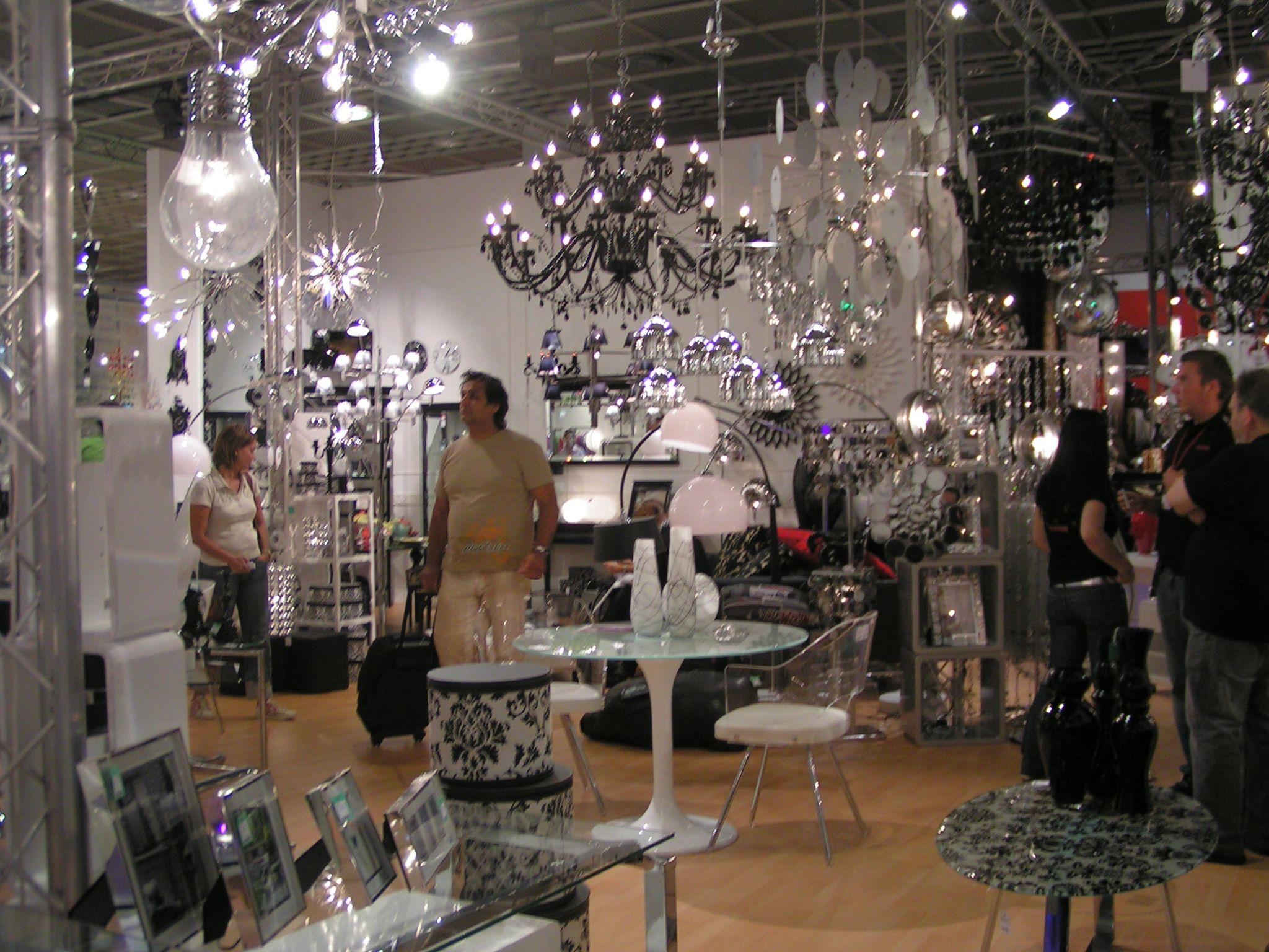 Viel Schwarz, viel Kristall, viel Silber. Große Trends: Üppige Spiegel,  Tische und Vasen mit Spiegelmosaiken verziert und oppulente Silber-