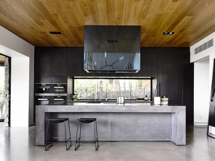 Wohnzimmer Einrichten Mit Beton Highlight Ein Eingebauter Kamin In Die Betonwand Holz Und